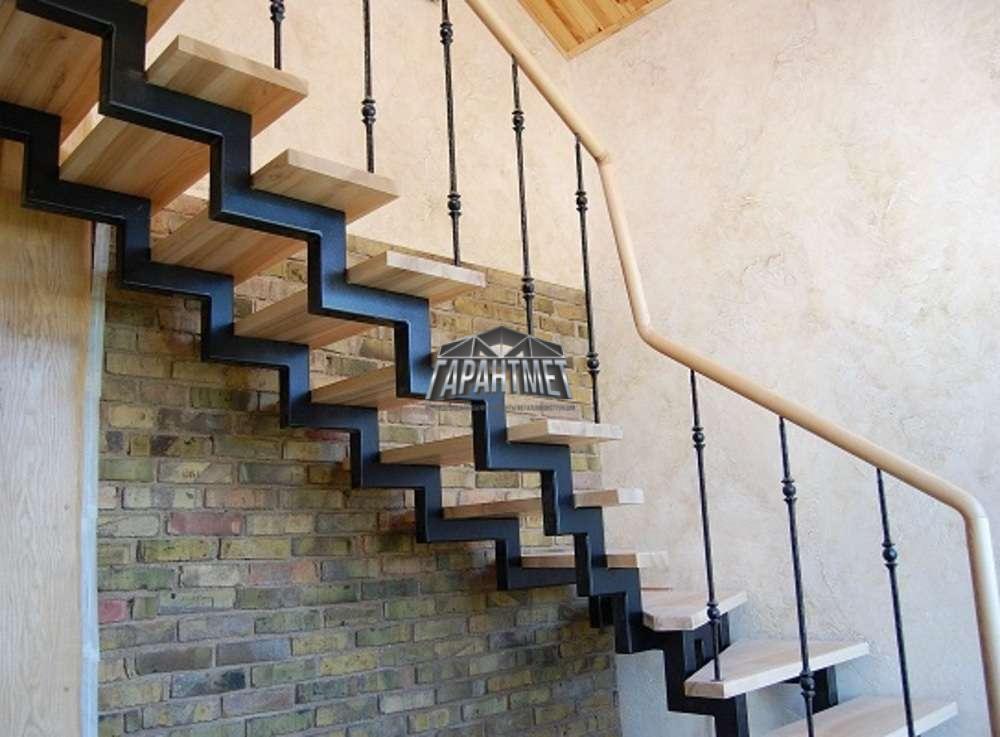 Каркас металлический лестницы с перилами (монтаж)